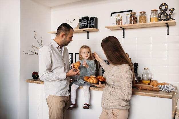 Familie in der küche während des morgenfrühstücks zusammen.