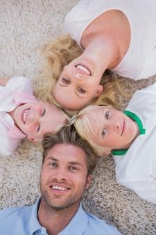 Familie in einem kreis liegen