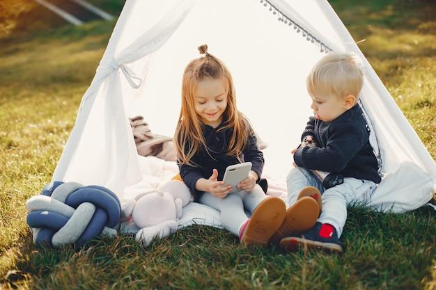 Familie in einem park, der auf einem gras spielt