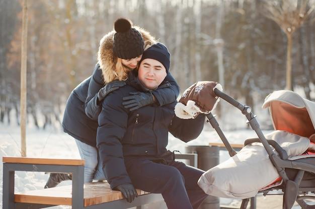 Familie in einem winterpark