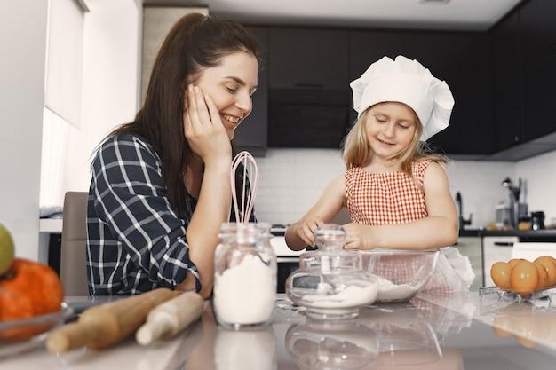 Familie in einer küche kochen den teig für kekse