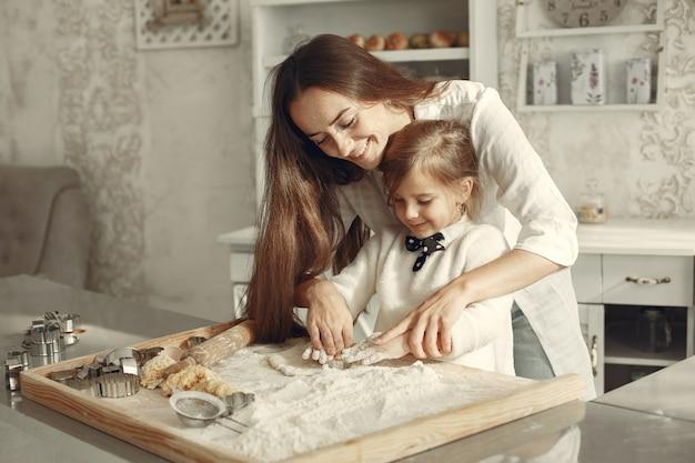 Familie in einer küche. schöne mutter mit kleiner tochter.