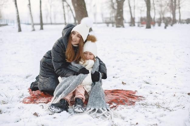 Familie in gestrickten wintermützen im urlaub