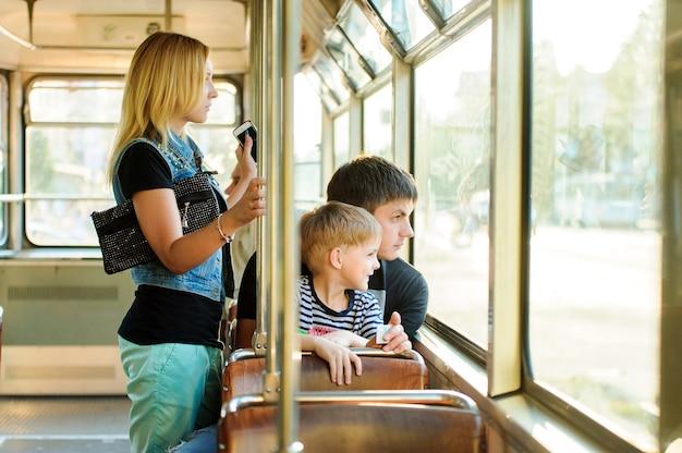 Familie in öffentlichen verkehrsmitteln