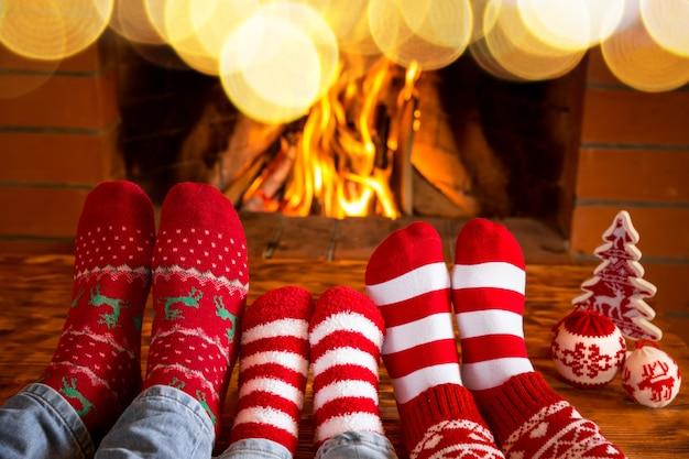 Familie in weihnachtssocken am kamin