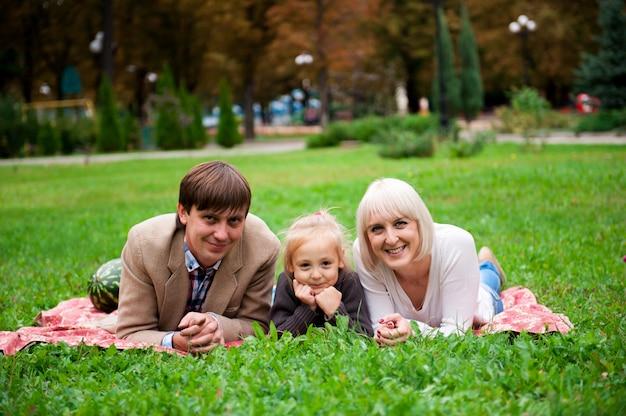 Familie isst eine wassermelone zusammen im park.