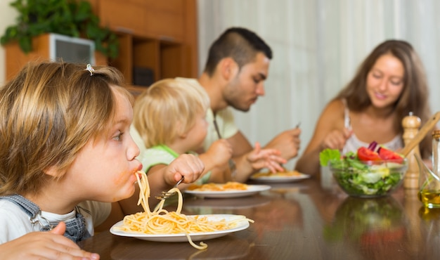 Familie isst spaghetti
