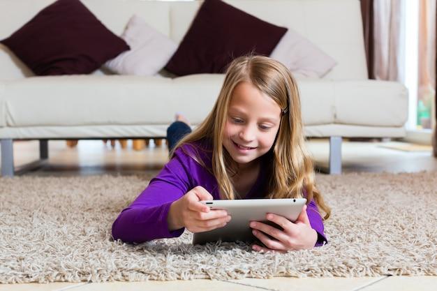 Familie - kind, das mit tablet-computerauflage spielt