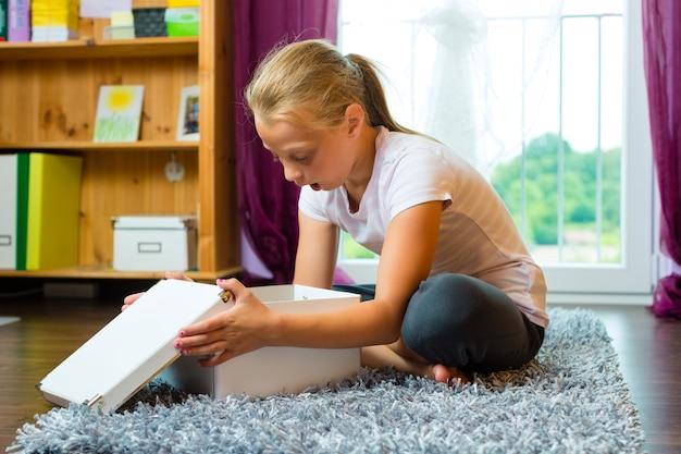Familie, kind oder teenager öffnen ein geschenk