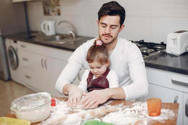 Familie kochen den teig für kekse
