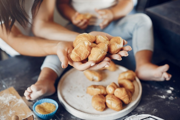 Familie kocht den teig für kekse