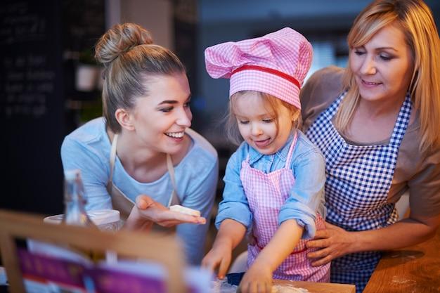 Familie kocht zusammen in der küche