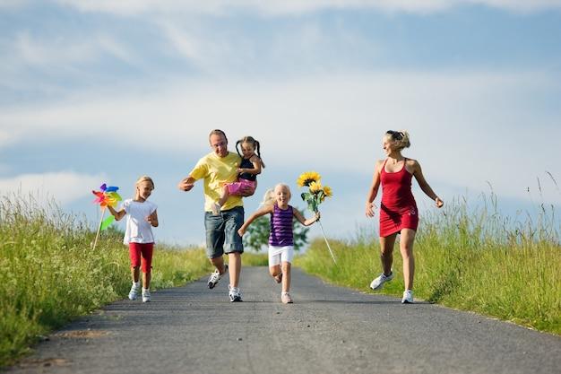 Familie läuft einen hügel hinunter