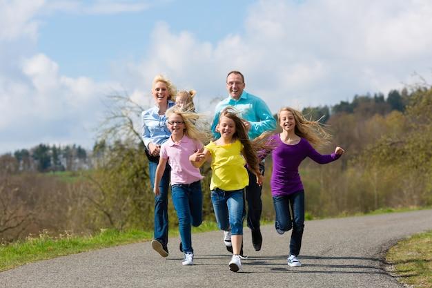 Familie läuft im freien