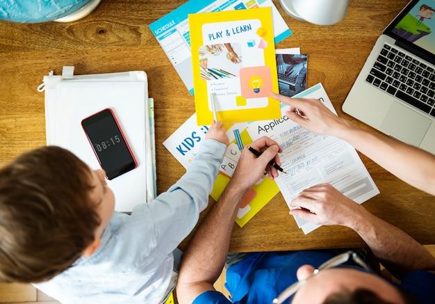 Familie lteaching son homeschooling schoolwork