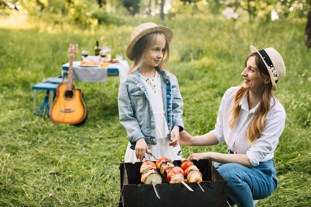 Familie macht einen grill in der natur