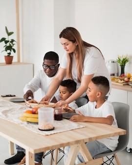 Familie macht sich bereit, pizza zu essen