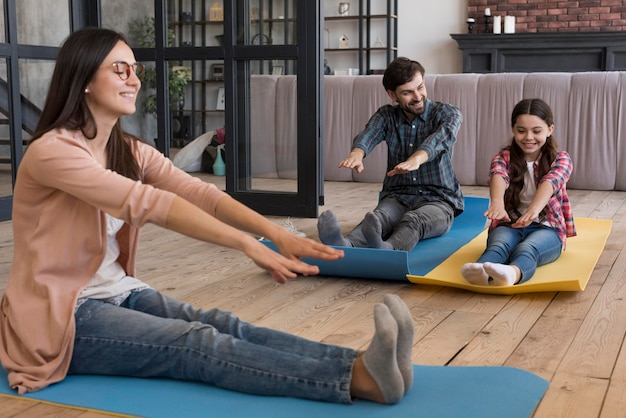 Familie macht yoga-sitzung