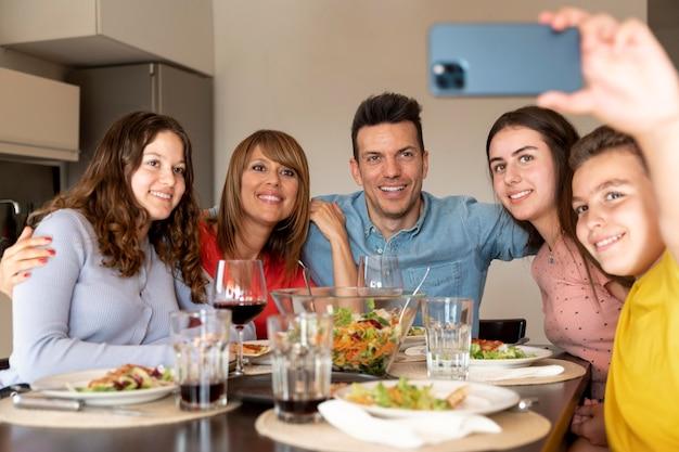 Familie macht zusammen selfie beim abendessen