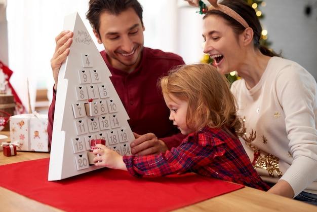Familie mit baby in der weihnachtszeit