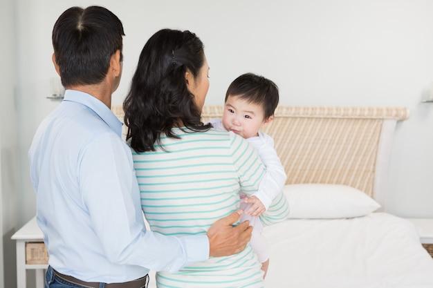 Familie mit babytochter im schlafzimmer zu hause