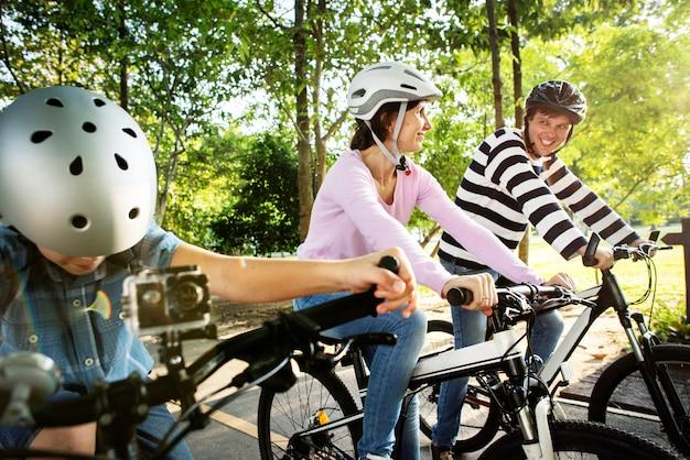 Familie mit dem fahrrad im park