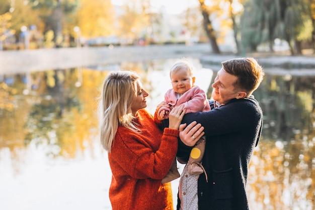 Familie mit der babytochter, die in park geht