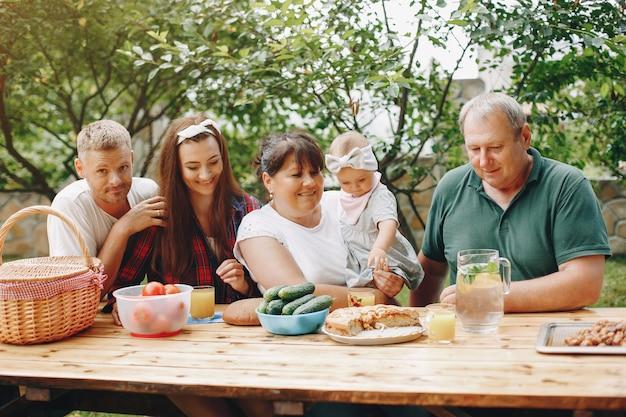 Familie mit der tochter, die im yard spielt
