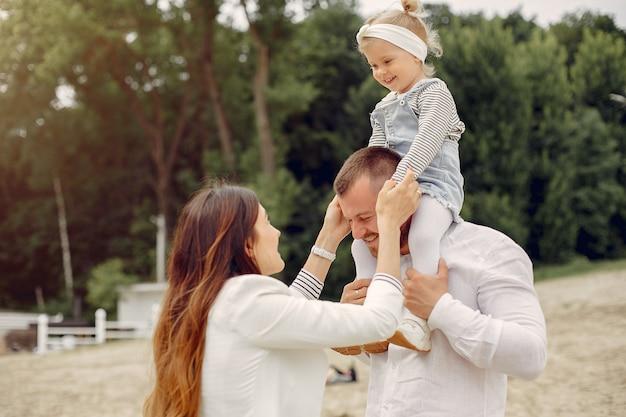 Familie mit der tochter, die in einem park spielt