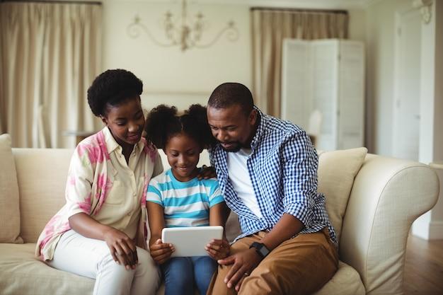 Familie mit digitalem tablet im wohnzimmer