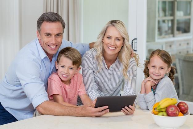 Familie mit digitalem tablet in der küche