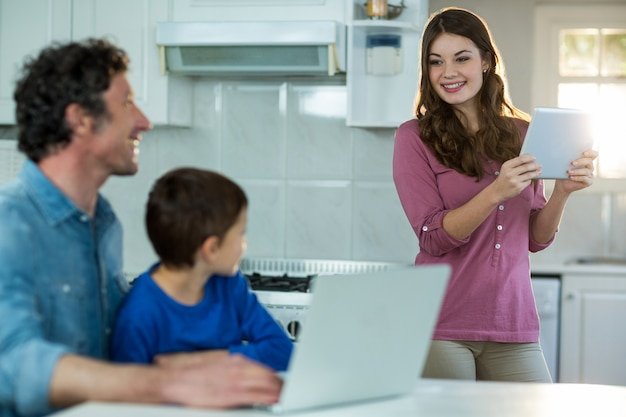 Familie mit digitalem tablet und laptop