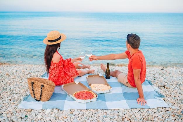 Familie mit einem picknick am strand