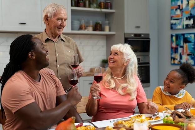 Familie mit einem schönen thanksgiving-dinner zusammen