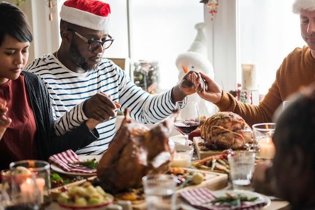Familie mit einem weihnachtsessen