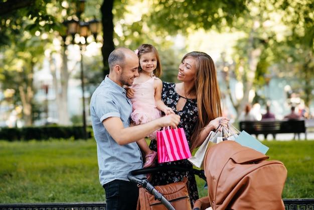 Familie mit einkaufstasche in einer stadt
