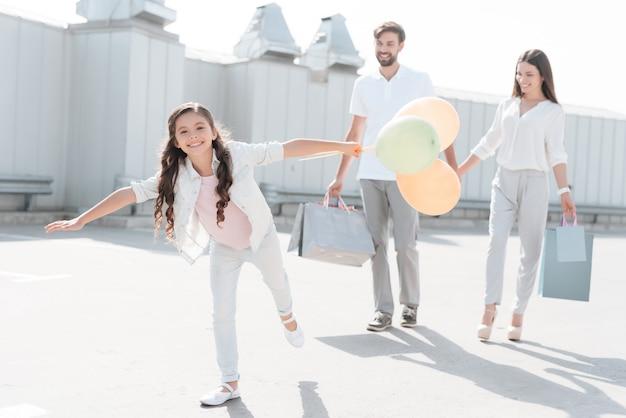 Familie mit einkaufstüten laufen.