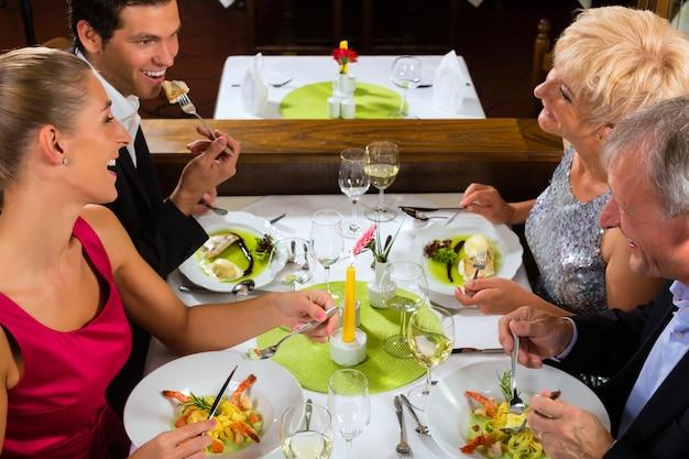 Familie mit erwachsenen kindern im restaurant