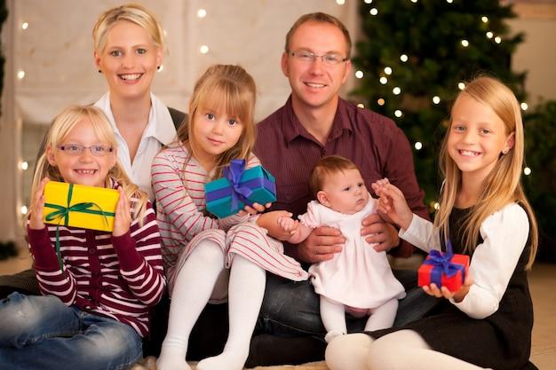 Familie mit geschenken zu weihnachten