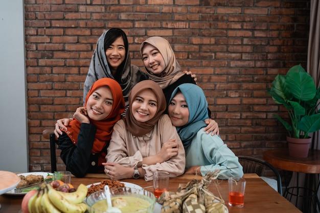 Familie mit hijab-frauen schauen zusammen in die kamera