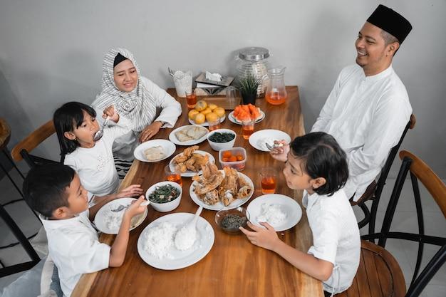 Familie mit iftar abendessen auf ramadan