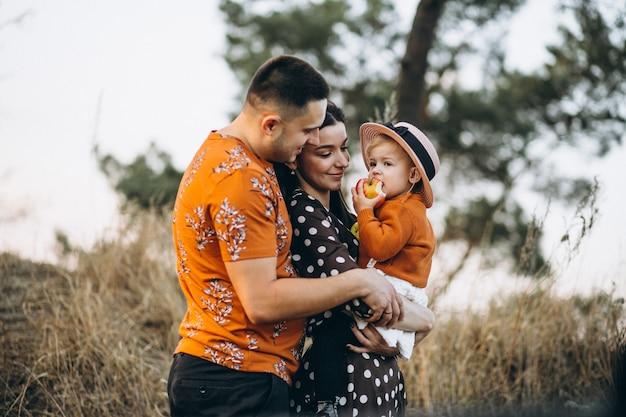 Familie mit ihrer kleinen tochter auf einem herbstgebiet