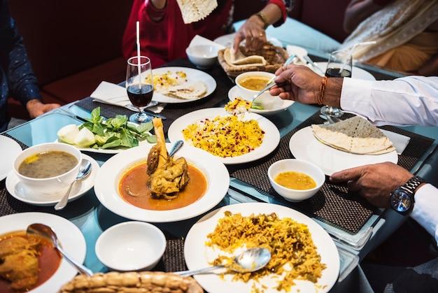 Familie mit indischem essen