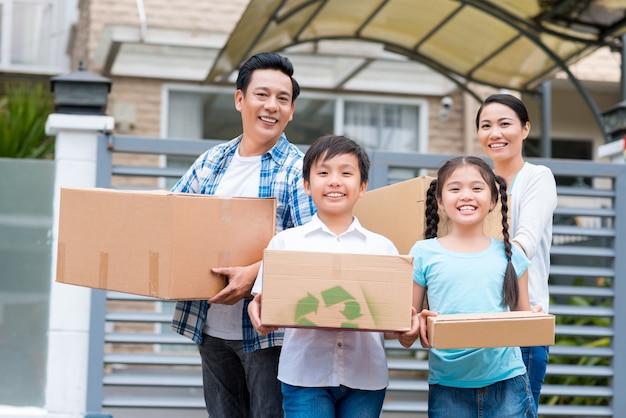 Familie mit kartons