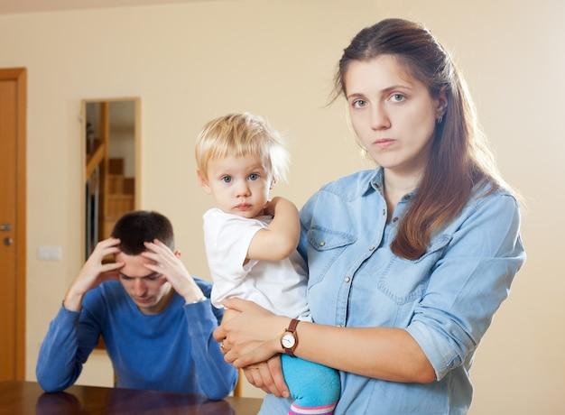 Familie mit kind, das konflikt hat