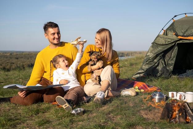 Familie mit kind und hund verbringen zeit zusammen