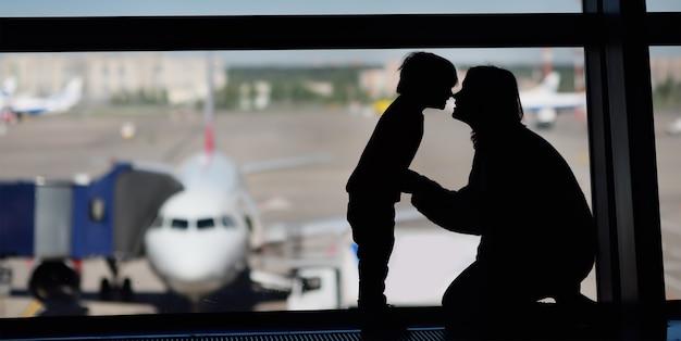 Familie mit kleinem jungen am internationalen flughafen