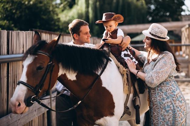 Familie mit kleinem sohn an der ranch