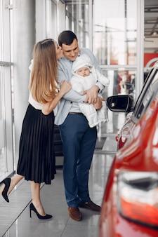 Familie mit kleinem sohn in einem autosalon