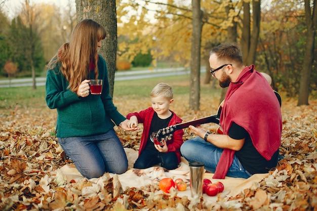 Familie mit kleinem sohn in einem herbstpark